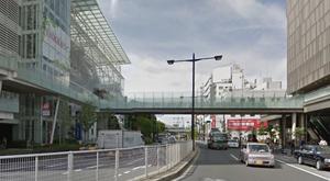 駅改札口から左側、高島屋側に出ます。